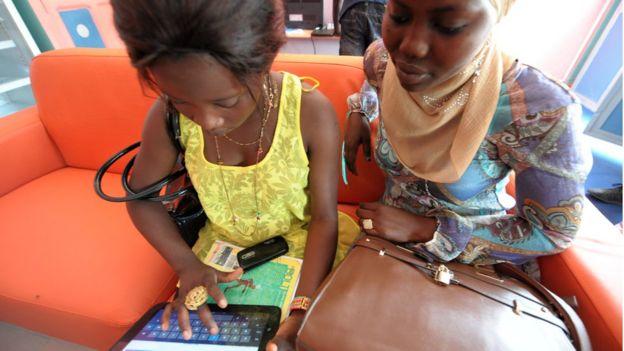 Mujeres usando una computadora