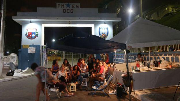 Familiares de policiais acampam em frente a um batalhão em Vitória no dia 7 de fevereiro de 2016