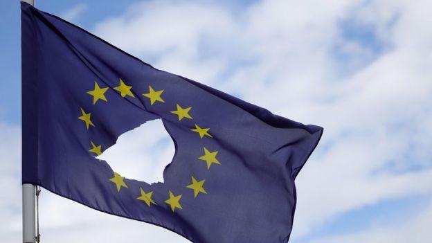 Una bandera agujereada de la UE