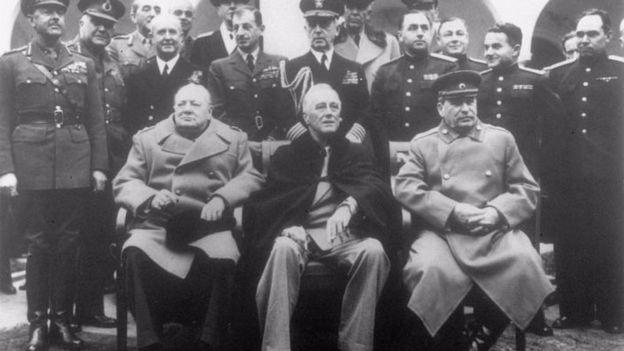 Winston Churchill (izquierda), con Franklin D. Roosevelt y Joseph Stalin (derecha)