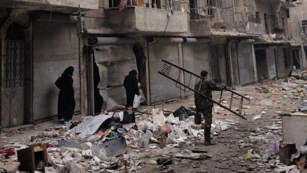 حطام ودمار في شوارع المدينة