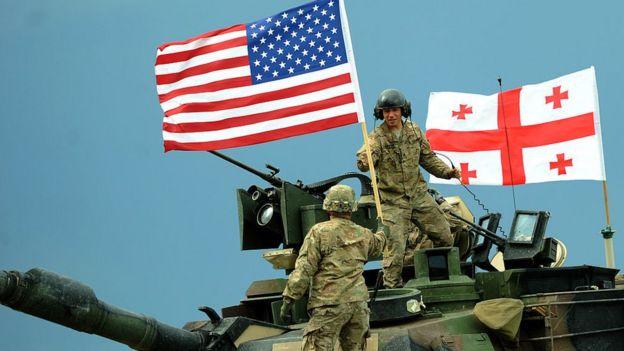 Soldados participan en un ejercicio militar de la OTAN.