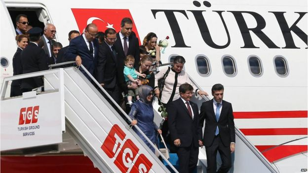 Turkish hostages are led off a plane by Turkish officials after being released by Islamic State (20 September 2014)