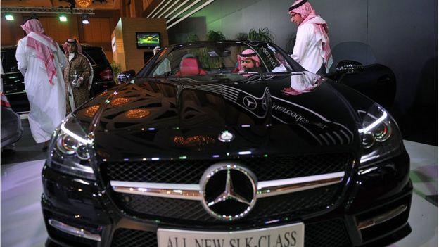 Hombres saudíes inspeccionan un moderno modelo de automóvil Mercedes-Benz