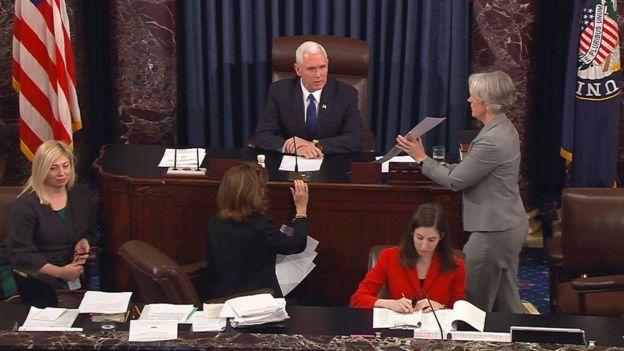 Michael Pence en la votación de Betsy DeVos