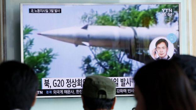 Южнокорейцы смотрят телевизор