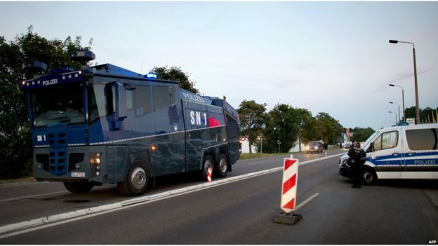Water cannon in Heidenau (23 August 2015)