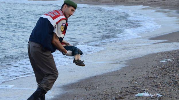 O corpo de Alan Kurdi é carregado por soldado
