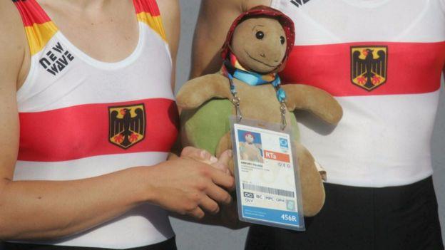 Alman kürek takımının 12 yıl önce akreditasyon kartı takılan peluşu