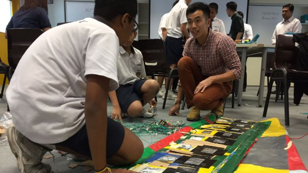 Alumnos con prototipos en la clase de ciencia en el liceo Montfort