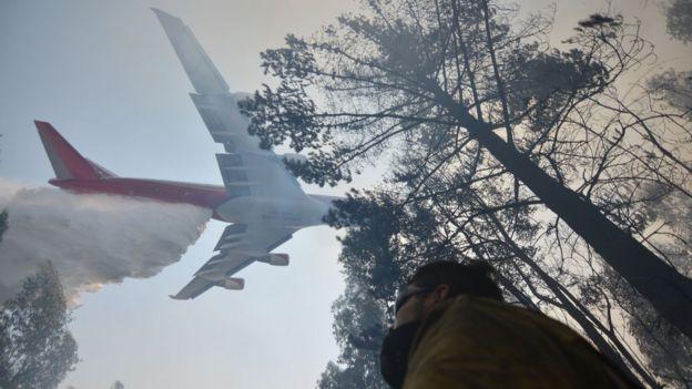 Avión supertanque tratando de apagar incendios en Chile.