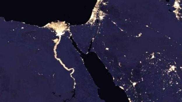 แม่น้ำไนล์และบริเวณโดยรอบ มีแสดงไฟ ทำให้เห็นเป็นเส้นในเวลากลางคืน