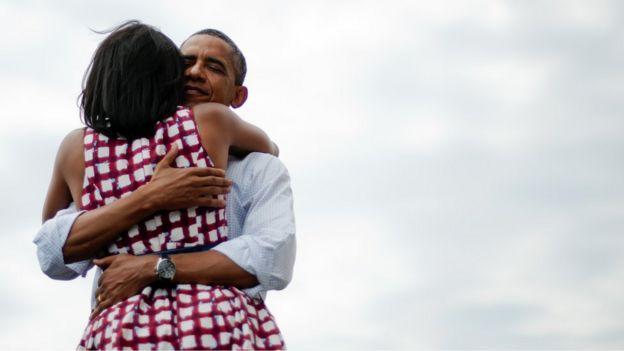 Abrazo entre Michelle y Barack Obama