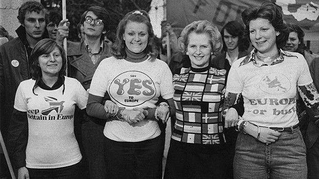 Margareth Thatcher rodeada de mujeres