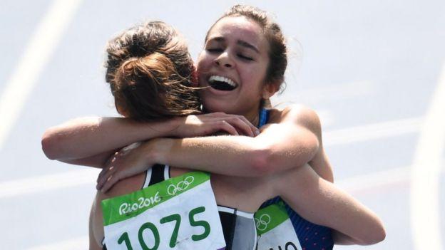 El abrazo entre la estadounidense y la neozelandesa al final de la competencia