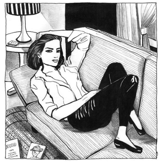 Mujer tirada en el sofá.