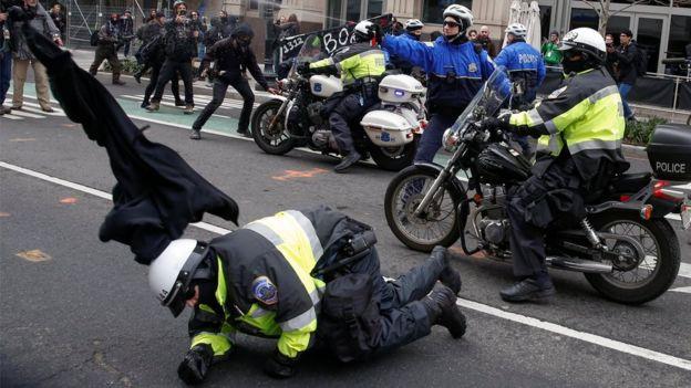 Policías y manifestantes se confrontan en Washington
