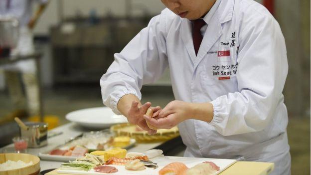 Chef preparando sushi durante una competición mundial
