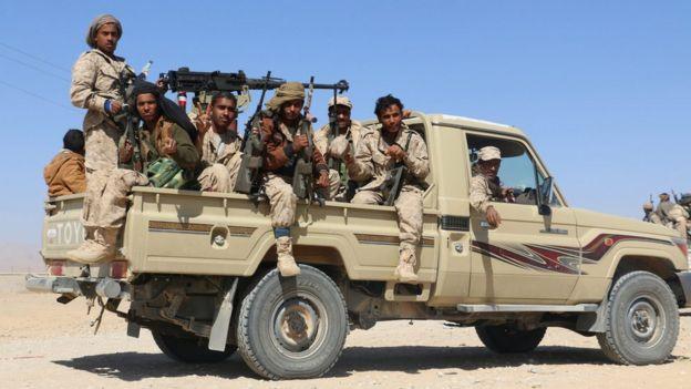 Membros de tribos armadas leais ao governo saudita-backed do Iêmen