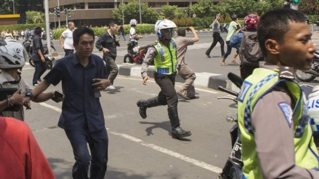 Police and civilians run during the attack in Jakarta (4 Jan 2016)