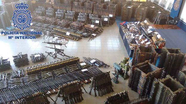 Imagen que muestra el arsenal encontrado por la Policía de España.
