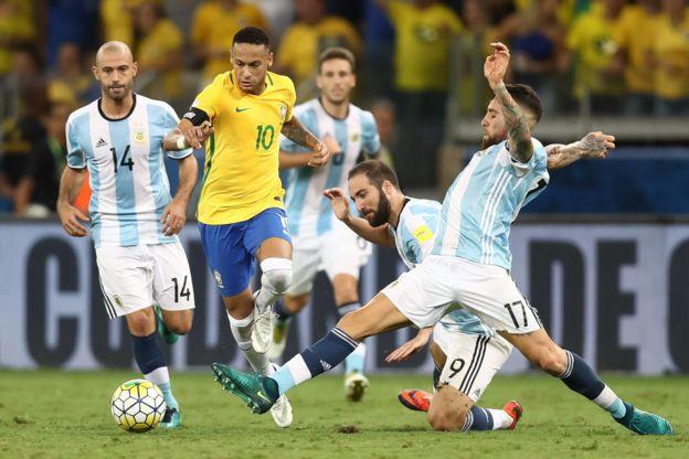 Neymar baila entre un mar de piernas argentinas.