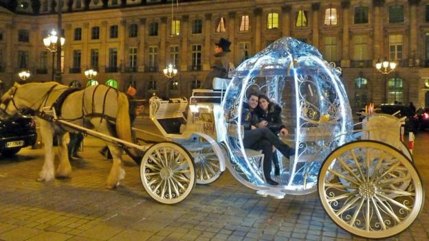 Paris'teki Apoteo Surprise adlı şirketin evlilik teklifi töreni için müşterilerine sunduğu 30 farklı tekliften en popüleri Kül Kedisi arabası.