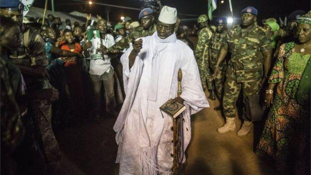 رئيس غامبيا بين انصاره وجنود