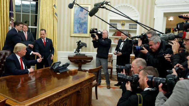 Trump en su escritorio en la Casa Blanca