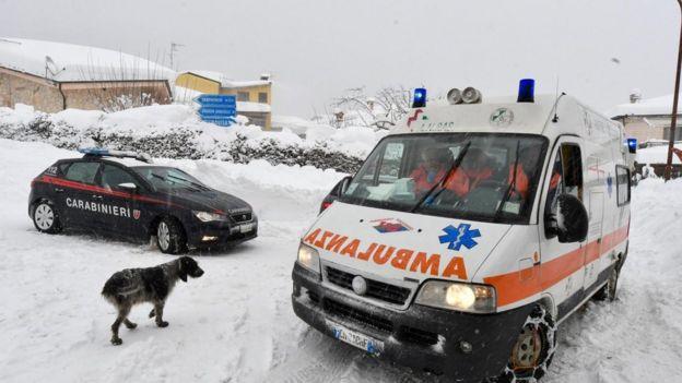 Ambulancia en el poblado de Campotosto