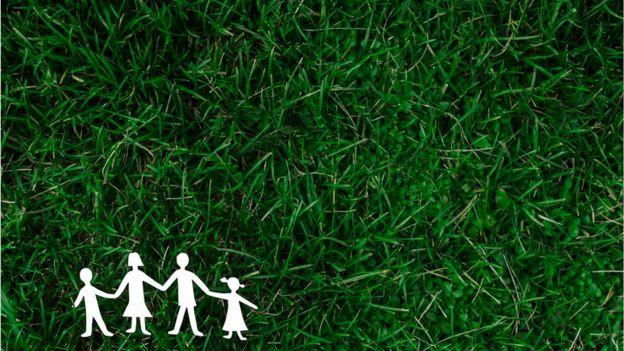 Familia -concepto- de papel en pasto