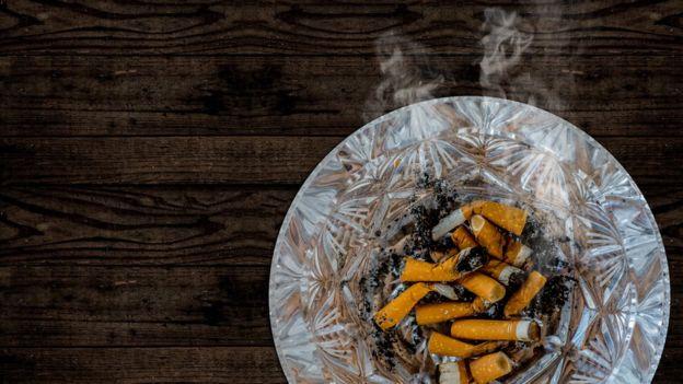 Cenicero con cigarros