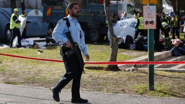 عناصر الشرطة الإسرائيلية في موقع الحادث