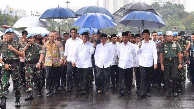 Menteri Agama Lukman Hakim, Wapres Jusuf Kalla, Menkopolhukam Wiranto, Presiden Jokowi, serta Panglima TNI Gatot Nurmantyo saat berjalan menuju Monas untuk salat Jumat, 2 Desember 2016.
