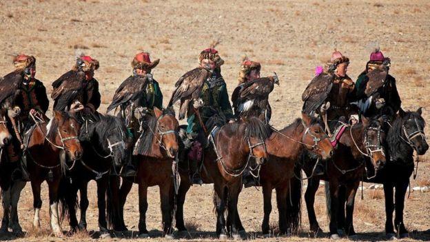 at üstünde kazaklar ve kartalları