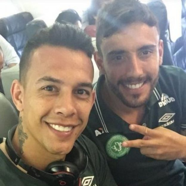 Danilo Padilha y Alan Ruschel sentados juntos en el avión de la tragedia