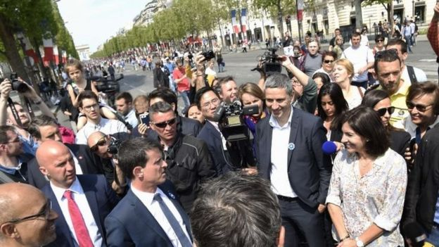 French Prime Minister Manuel Valls (left) speaks with Paris mayor Anne Hidalgo (right) on the avenue des Champs-Elysees (08 May 2016)