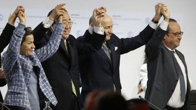 Ban Ki-moon, Laurent Fabius y Francois Hollande celebrando la adopciónd el Acuerdo de París.