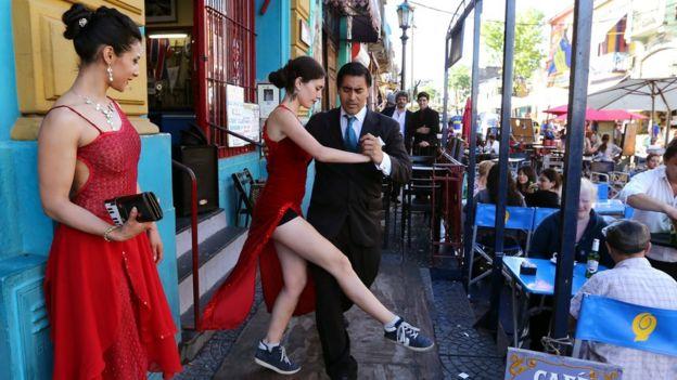 Gente bailando tango en Buenos Aires.
