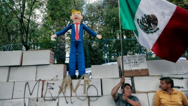 Mexicans protest against Mr Trump's proposal to build a wall along the US-Mexico border, Mexico City, 21 Jan 2017