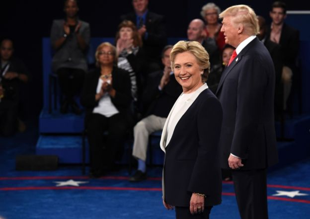 A diferencia del primer debate, los candidatos no se dieron la mano.