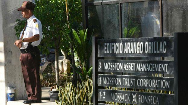 Un guardia custodia la entrada de la sede de Mossack Fonseca en Ciudad de Panamá.