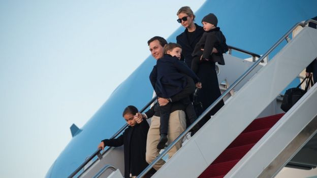 Ivanka Trump junto a su marido, Jared Kushner, y sus hijos bajando del Air Force One.