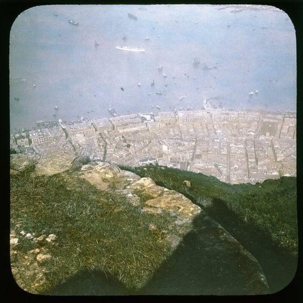 從山頂望中上環區。右中部第二座有塔樓的是中環街市,左方是上環街市(西港城)。