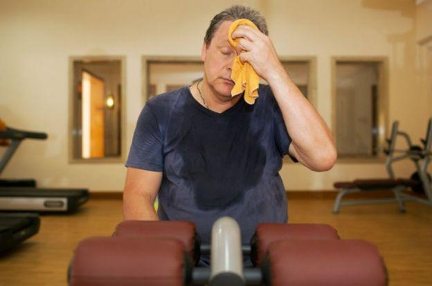 Un hombre está fatigado tras hacer ejercicio