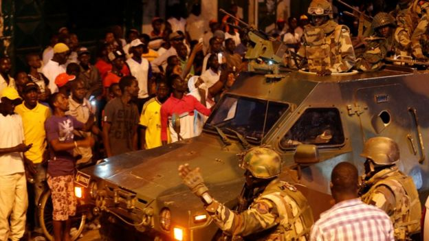 Wanajeshi wa Senegal wakishika doria karibu na ikulu ya rais mjini Banjul Jumapili