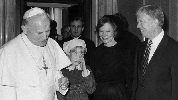 Amy Carter junto al Papa Juan Pablo II, Jimmy Carter y su esposa.