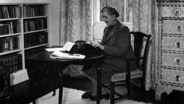Agatha Christie escribiendo en su escritorio