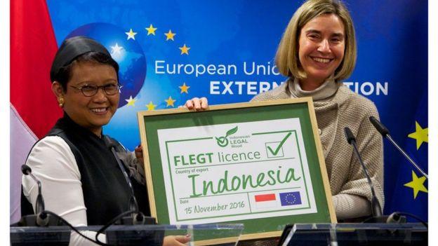 Menteri Luar Negeri Retno Marsudi dan Karmenu Vella, Komisaris Uni Eropa untuk Lingkungan, Perikanan dan Maritim dalam penyerahan secara simbolis lisensi FLEGT November lalu. Gambar: BBC