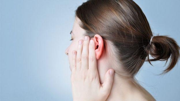 Una persona con dolor de oído